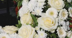 Arrangement von Trauerfeiern mit Blumenschmuck durch Bücken-Brendt Bestattungen in Eschweiler