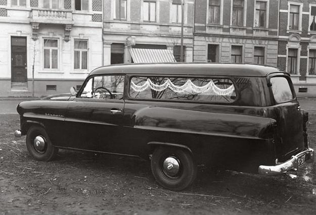 Unser erster Motorisierter Leichenwagen im Jahr 1953 - Bücken-Brendt Bestattungen in Eschweiler