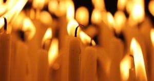 Symbolische Verabschiedungszeremonien wie z.B. ein Kerzenopfer während der Trauerfeier